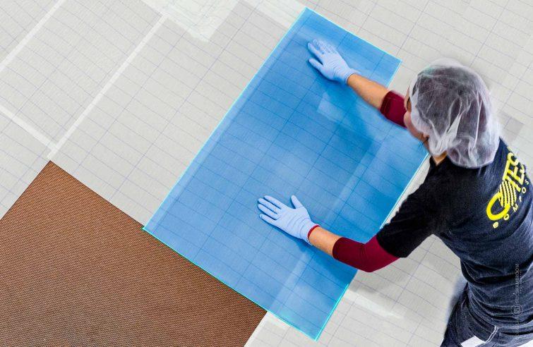 Eine Mitarbeiterin legt Klebefolien aus. | © Eric Shambroom Photography