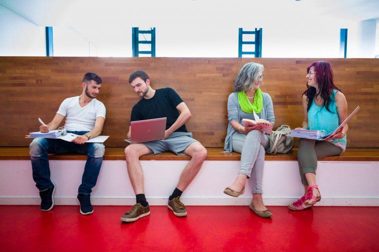 Corporate Fotografie: Austausch unter Studierenden | © Eric Shambroom Photography