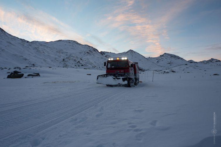 Der Skitransporter kehrt abends zuück. | © Eric Shambroom Photography