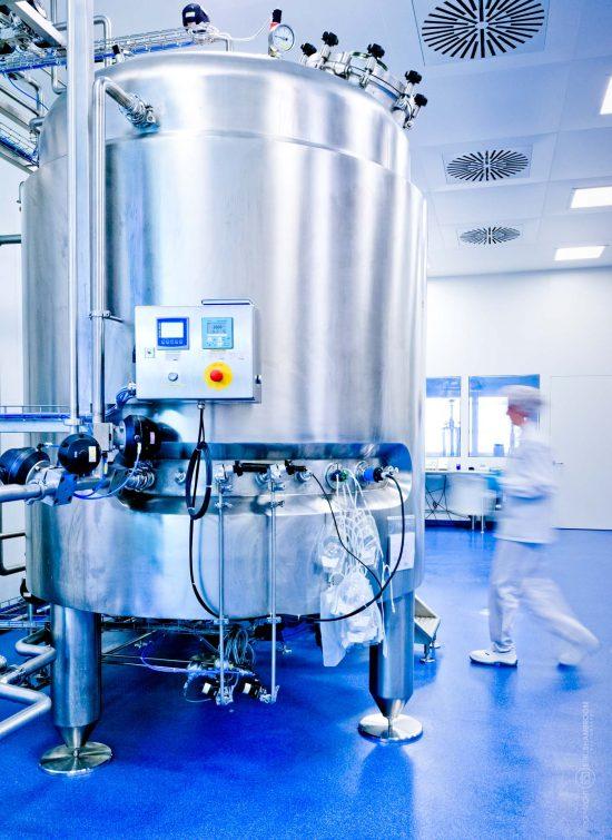 Eine Mitarbeiterin betreut einen Biopharma-Reaktor | © Eric Shambroom Photography
