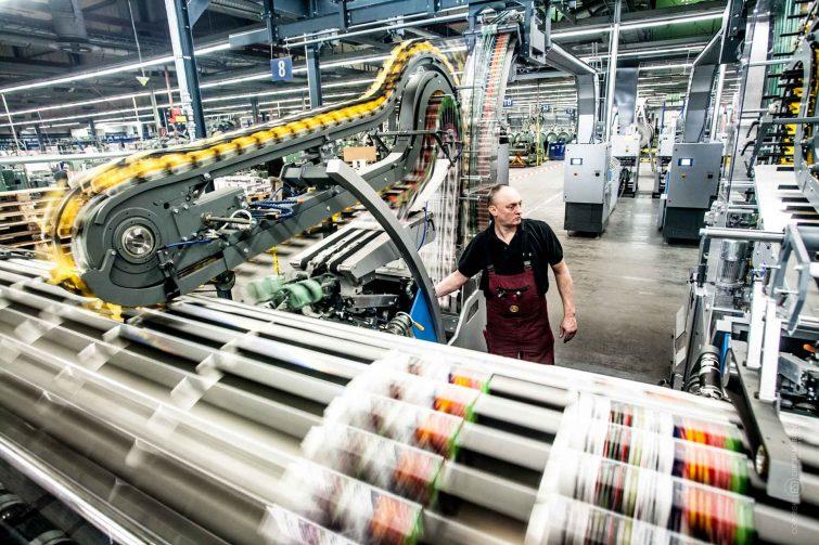 Die Weiterverarbeitung in der Druckbranche kommt mit wenig Mitarbeitern aus. | © Eric Shambroom Photography
