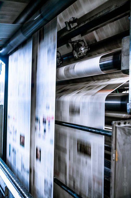 Die Papierbahnen der riesen Druckmaschine läuft in alle möglichen Richtungen. | © Eric Shambroom Photography