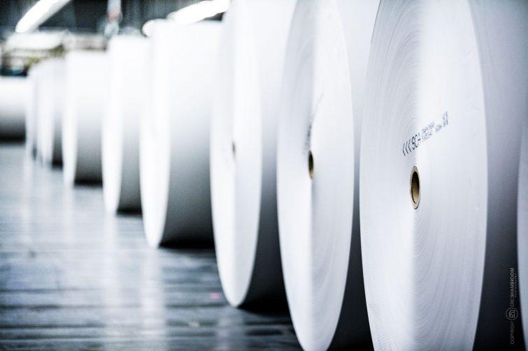 Das Papierlager der Druckerei wird durch Roboter bedient. | © Eric Shambroom Photography