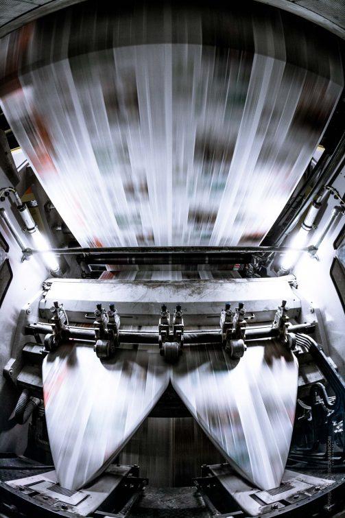 Die gedruckte Zeitung rast durch den Falzapparat mit 45 kmh. | © Eric Shambroom Photography