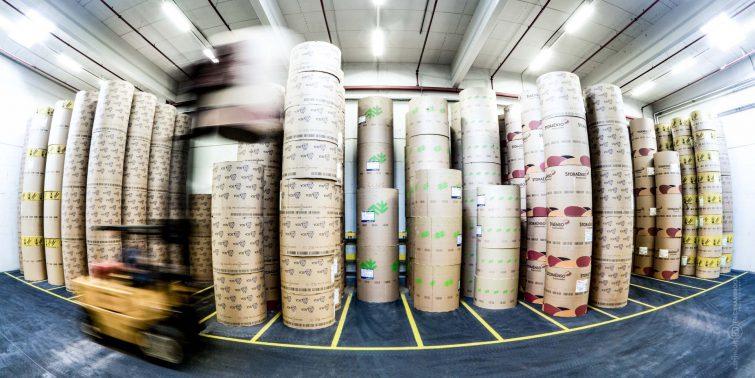 Das Papierlager der Druckerei wird nach wenigen Tagen aufgebraucht. | © Eric Shambroom Photography