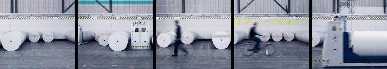 Das Papierlager der Großdruckerei wird automatisch durch Roboter bedient. | © Eric Shambroom Photography