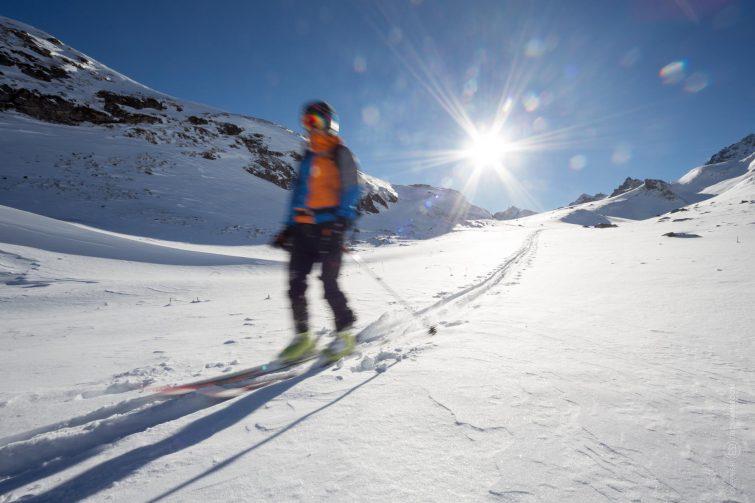 Ein Skifahrer kehrt zurück. | © Eric Shambroom Photography