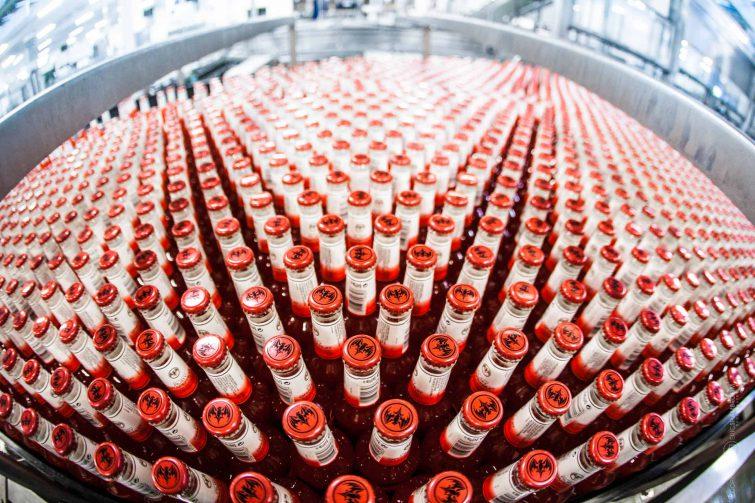Die Flaschen auf Fließbändern ergeben grafische Formen. | © Eric Shambroom Photography