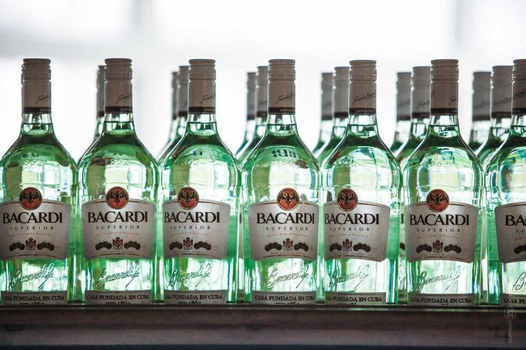 Druchgeleuchtete Flaschen im Bacardi Werk. | © Eric Shambroom Photography