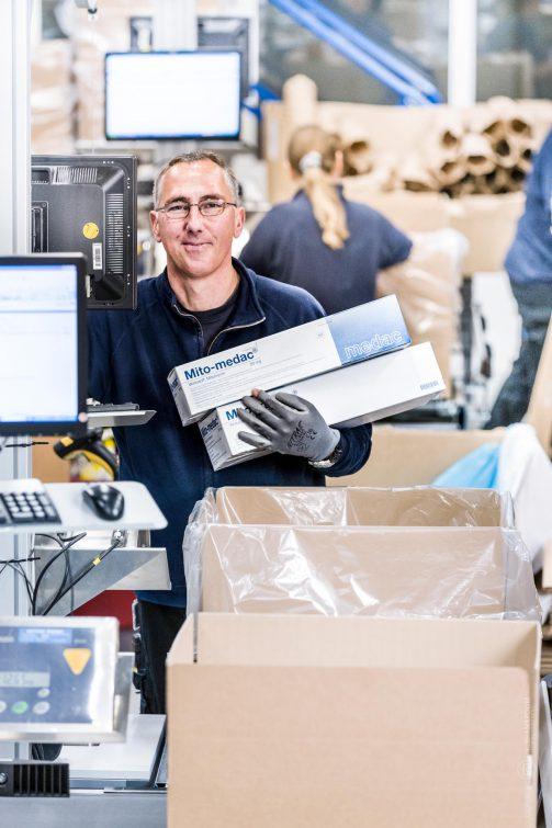 Ein Mitarbeiter im Logistikzentrum  | © Eric Shambroom Photography