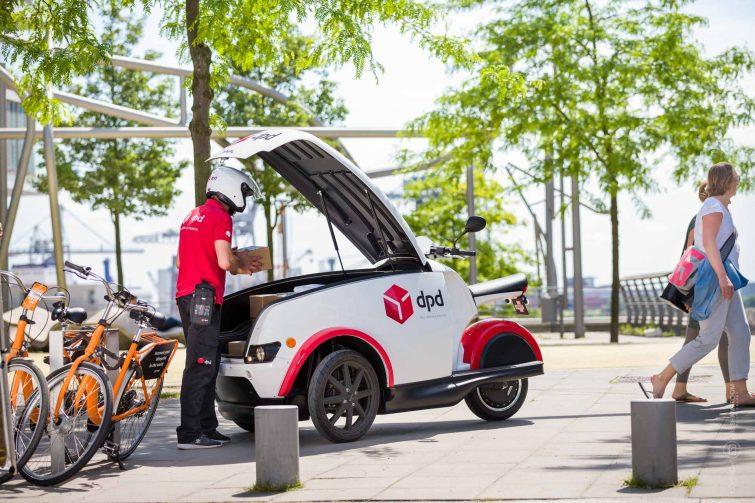 Das Elektrofahrzeuge kann leicht auf Gehwegen abgestellt werden. | © Eric Shambroom Photography