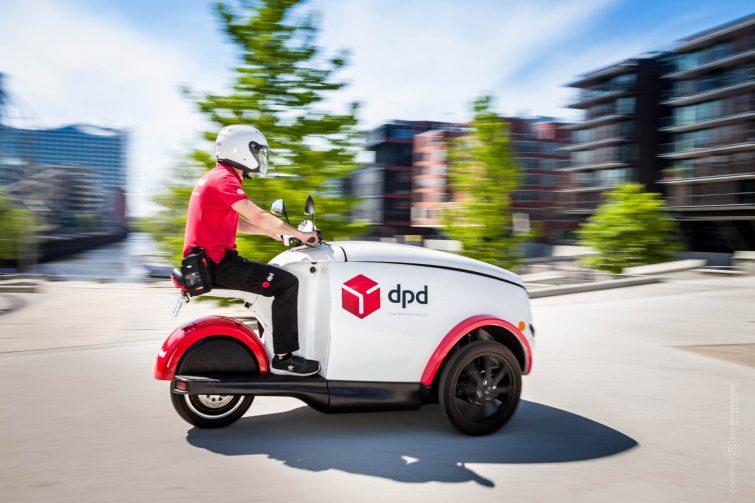 Das Elektrofahrzeuge kann problemlos auf Gehwegen fahren. | © Eric Shambroom Photography