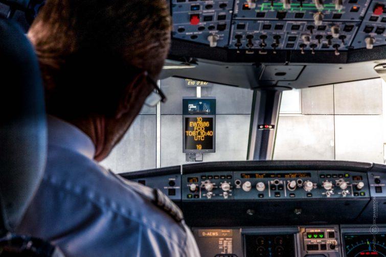 Cockpit-Ansicht, Flughafen Beschilderung am Gate, Hamburg Airport | © Eric Shambroom Photography