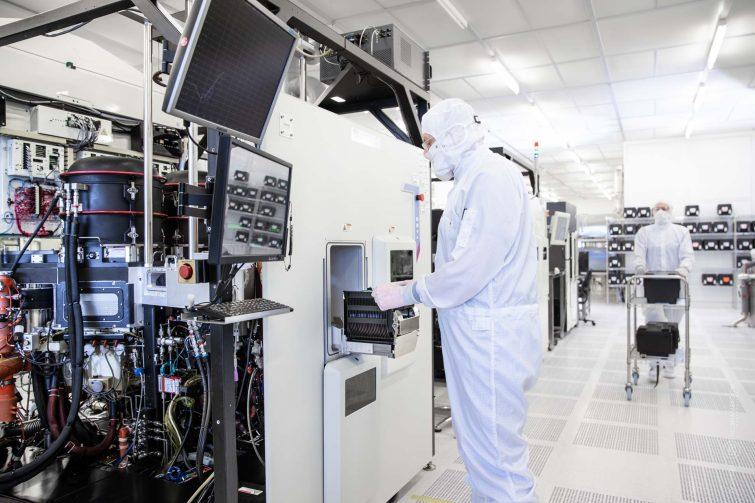 Fraunhofer ISIT: Reinraum, Forschung  und Entwicklung von Mikrochips  | © Eric Shambroom Photography